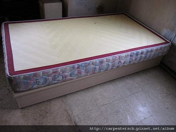 新的床墊及單人床