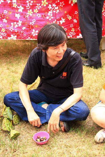 小劉姐正在享受撥蓮子的樂趣
