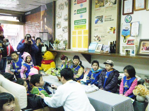 魯市長與小朋友互動融洽