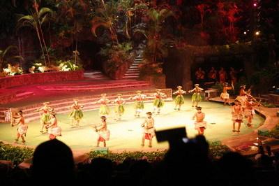 表演各種民族的舞蹈.