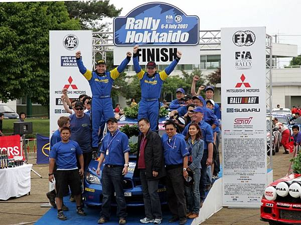 APRC07Hok- Glenn Tan celebrates with the Motor Image team -LINEAR-1.jpg