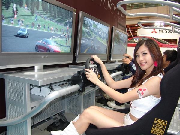 賞車民眾透過電腦遊戲的模擬實境體驗LANCER EVOLUTION X的駕馭樂趣.jpg