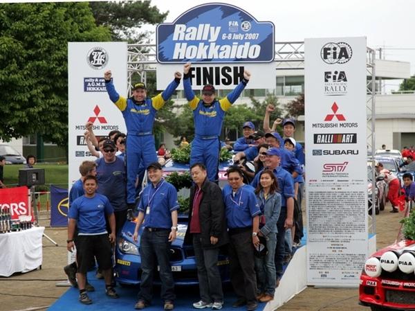APRC07Hok- Glenn Tan celebrates with the Motor Image team -LINEAR-1.jpg