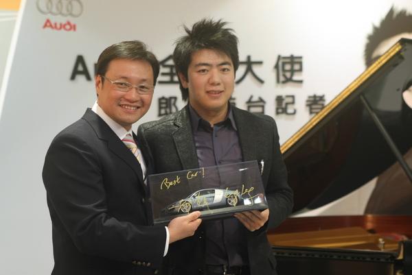 1-Audi品牌大使 郎朗贈送簽名Audi R8模型車給Audi Taiwan總裁邱山祥先生.JPG