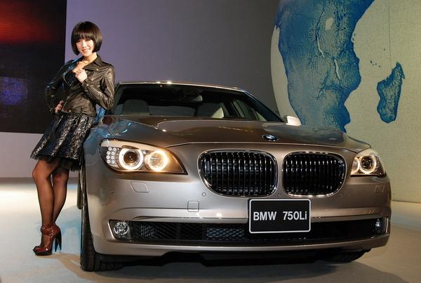 全新BMW大7系列與晚會主持人楊千霈小姐.jpg