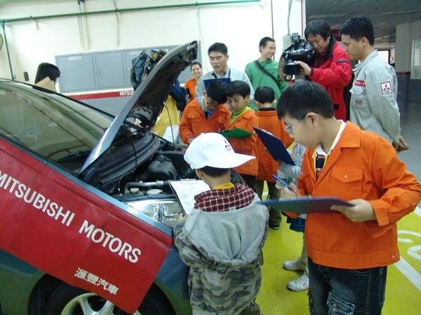 小小技師在中華三菱技師長的帶領下,逐項檢查汽車.JPG