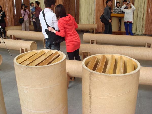 教堂內的紙管做的捐獻箱