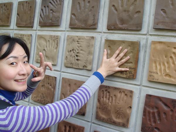 看 我的手跟林志玲比 誰大