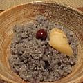 竹碳飯加梅子與魚卵