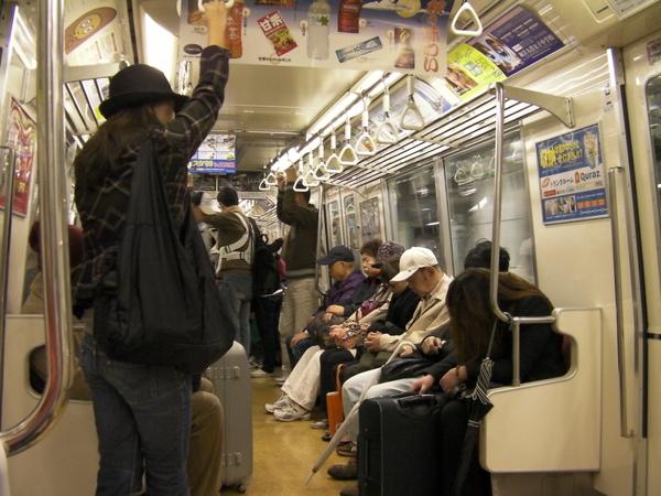 因為太早了 所以很多乘客在昏睡中
