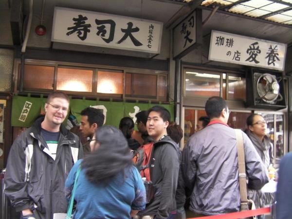 從店裡出來 等著進去吃的人還是排滿滿