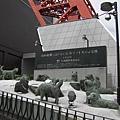 還記得 電影 極地長征 的故事嗎? 原作的那12隻狗狗 雕像 就在東京鐵塔下面