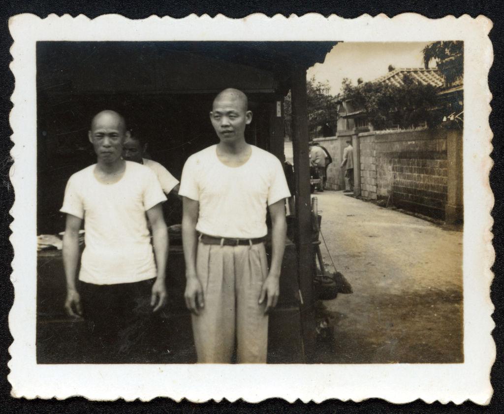 高記創辦人高四妹先生(右邊)與員工於攤位前合影-1