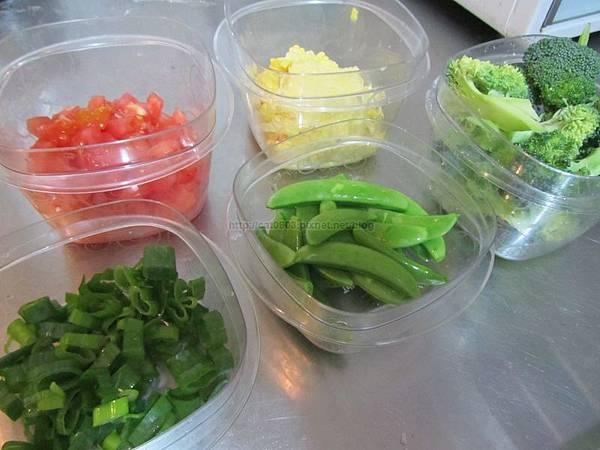 臉黃黃太太:蛋包飯(小孩超愛)-所有青菜洗淨,玉米先蒸熟
