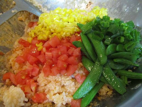 加入蕃茄、玉米、青蔥、甜豆,拌勻