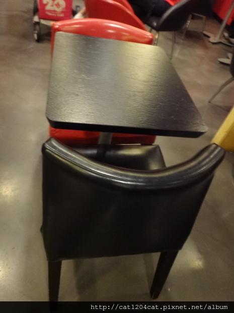 西雅圖咖啡漢神店-座位1.JPG