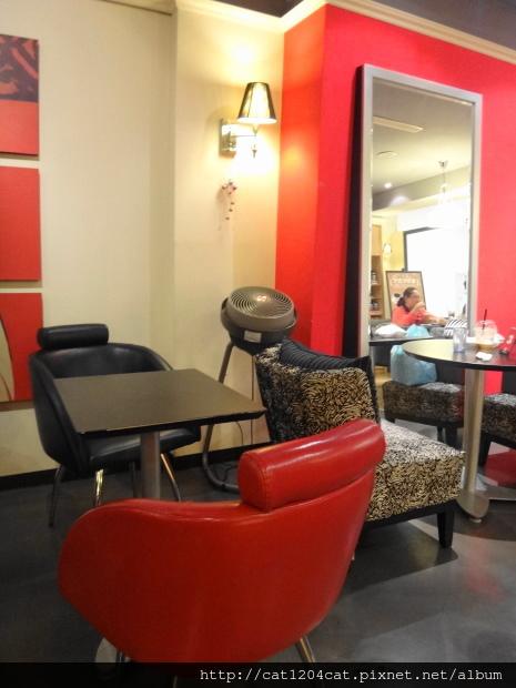 西雅圖咖啡漢神店-座位2.JPG