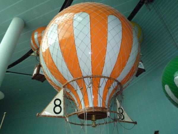 天花板上環繞的熱氣球
