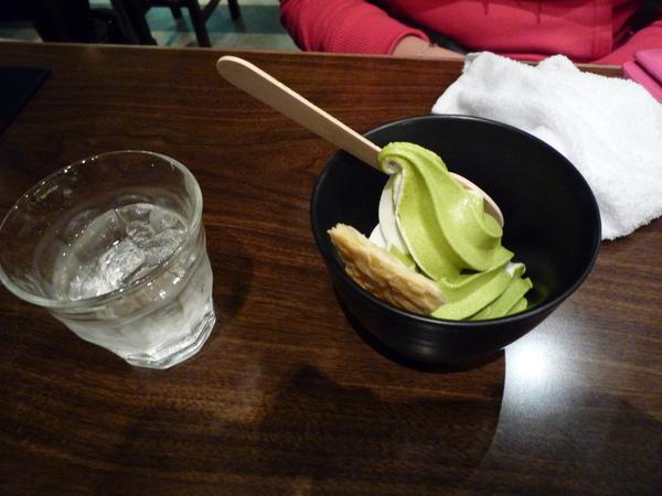 外面冷的要死吃抹茶冰淇淋