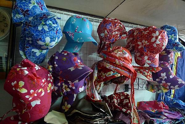 買了紫色小花帽子做紀念.JPG