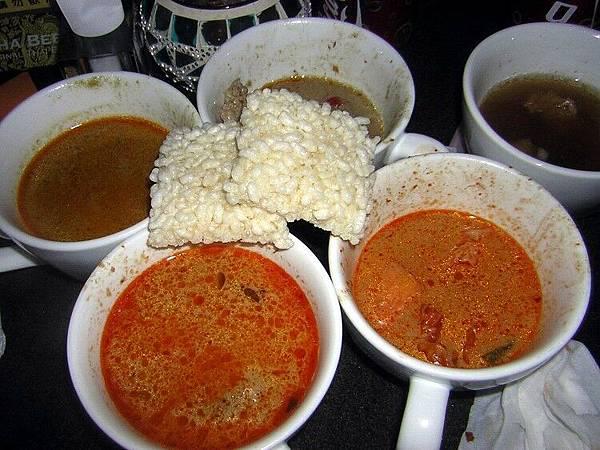 泰市場-四種咖哩 上下左右為 黃咖哩 紅咖哩 蔬菜咖哩 綠咖哩.jpg