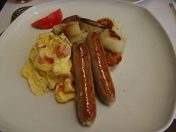 香腸 蛋 跟好吃的馬零薯.JPG