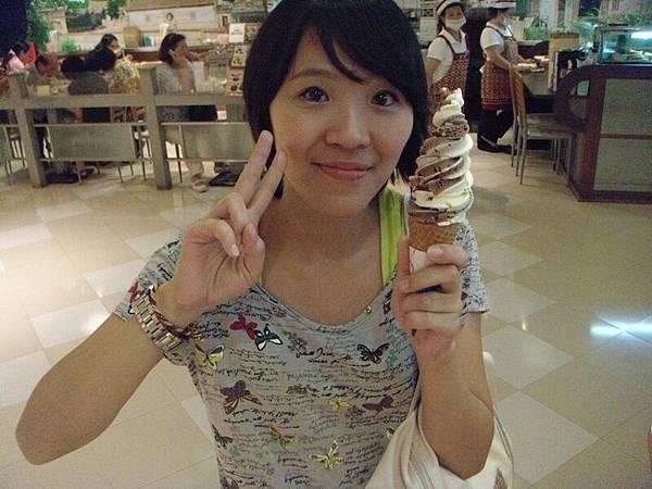 小菁跟好吃的雙琪淋.JPG