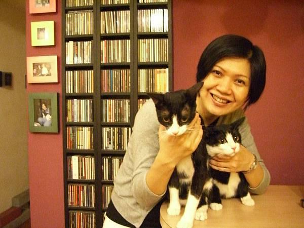 莎拉與雙貓.JPG