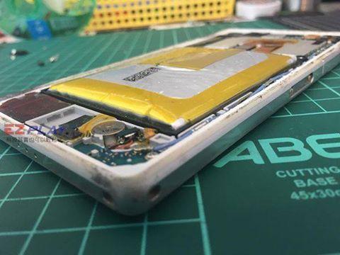 Sony Z2電池膨脹好誇張n