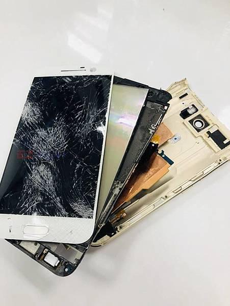 主人不慎讓手機從高處墜下