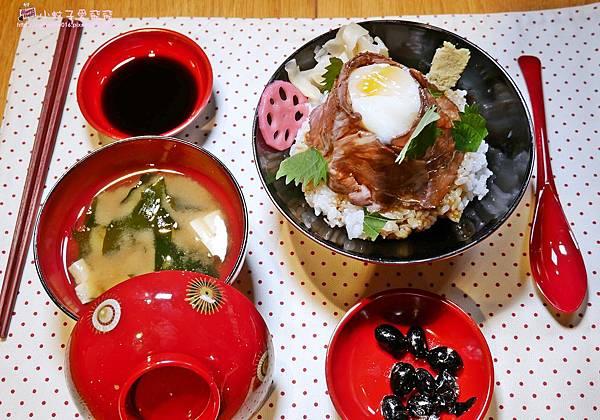 13 溫泉蛋玫瑰牛肉丼.JPG