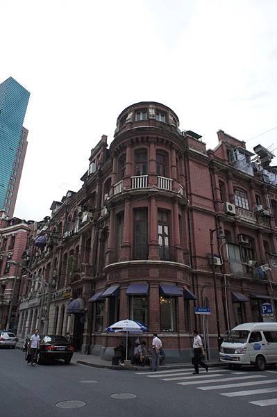上海的飯店~對面很復古唷
