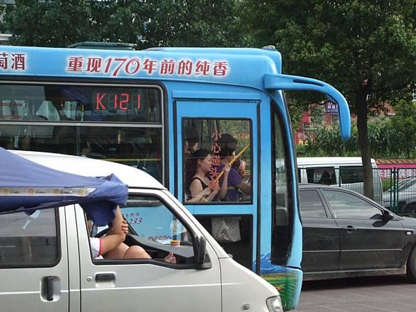 公車上是沙丁魚~