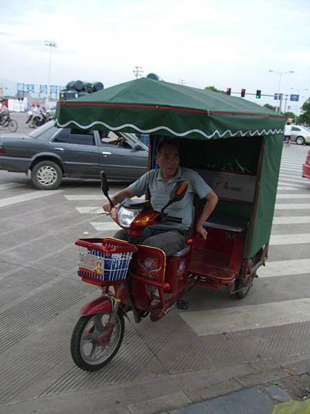 不誇張~~三輪車老伯一路逆向行駛回我們的飯店