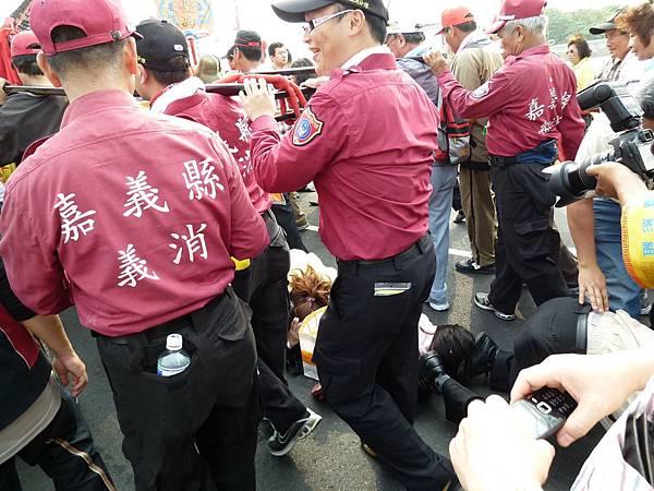 2011大甲媽祖繞境新港_82.JPG