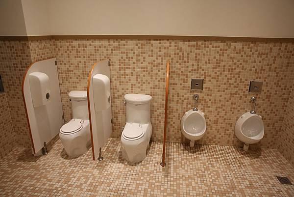 1托班的如厕空间.jpg