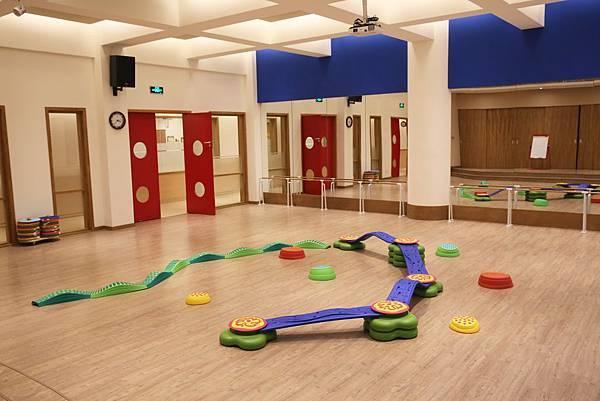 1多功能音樂律動教室是全校師生進行集會、歌謠律動與音樂體能課程等等集體活動的最佳學習環境.jpg