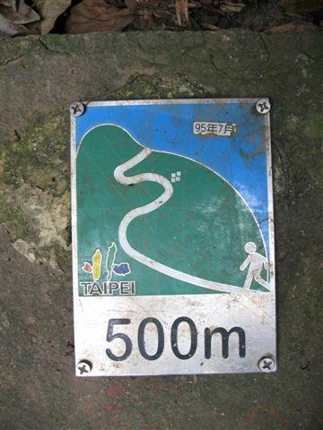 每一百公尺地上都有標牌提醒,