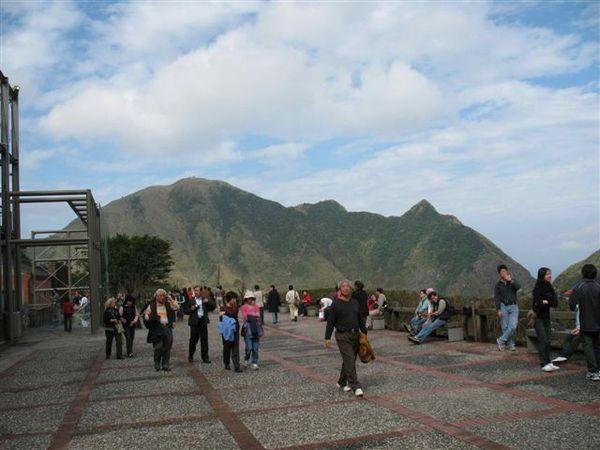 20071209_ 黃金博物館佔地很廣, 遠眺基隆山.jpg