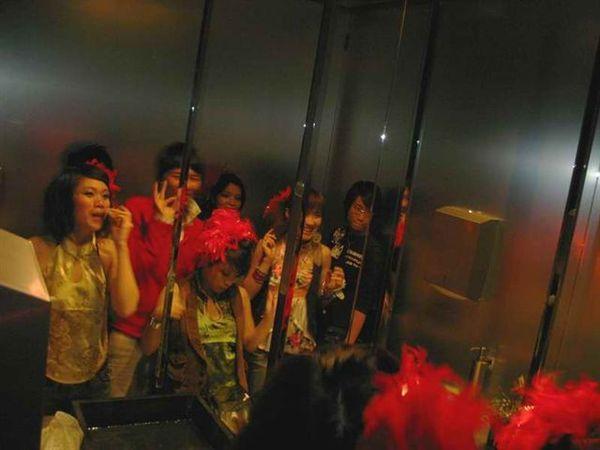 20071222_ 大家擠在廁所鏡子前補妝照相