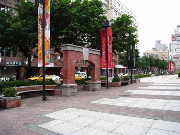 MOCA廣場, 緊鄰長安東路