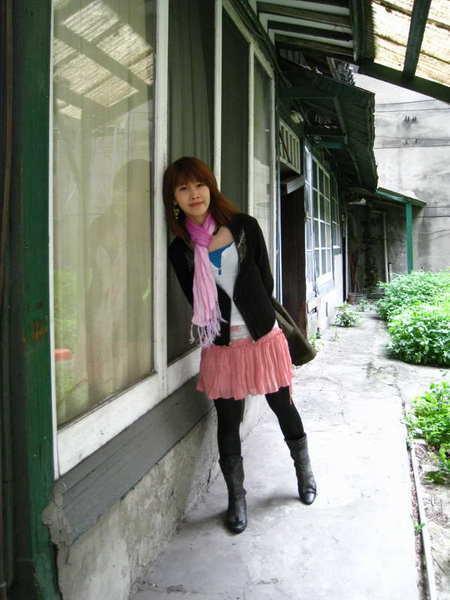 跟日式舊房子合照