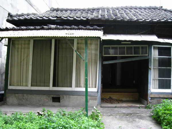 日式舊房子後面左側