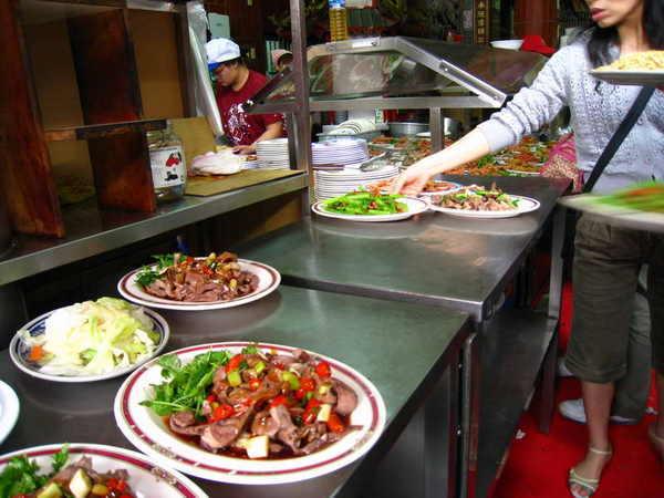 廟口前的鴨肉ㄜˋ,鴨肉以外的菜在這裡拿,超多菜