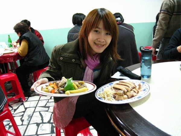 二人只吃得下二盤菜,而且要跟別人併桌