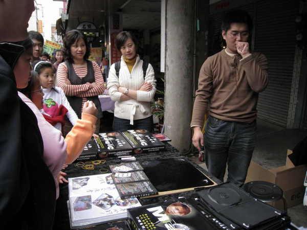 賣魔術教導CD的攤位