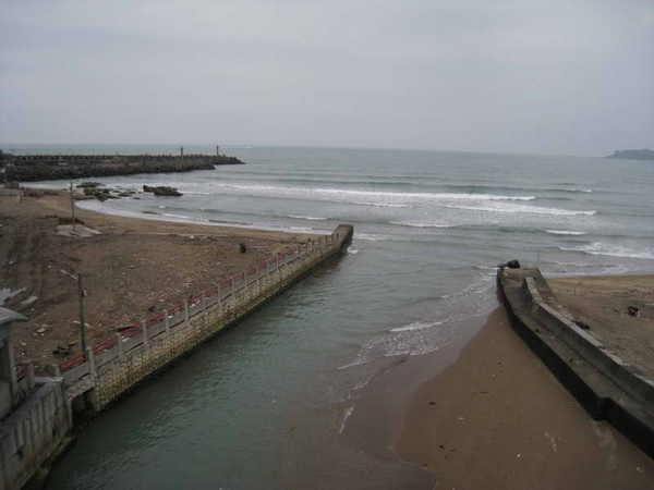 出海口,有人在那邊衝浪
