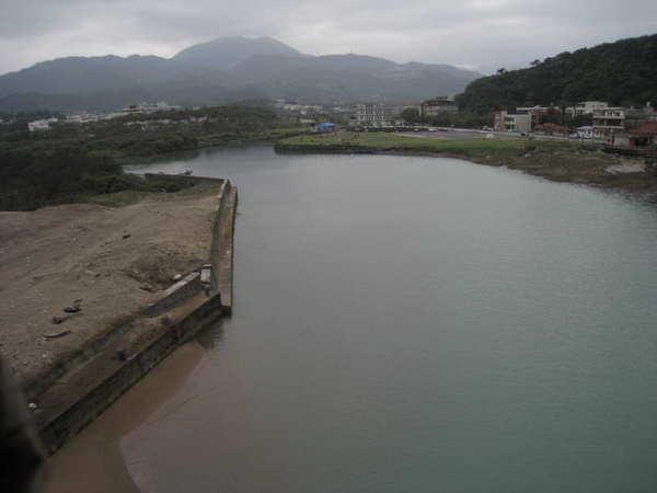 天橋後面就是洗腳池及公共浴池