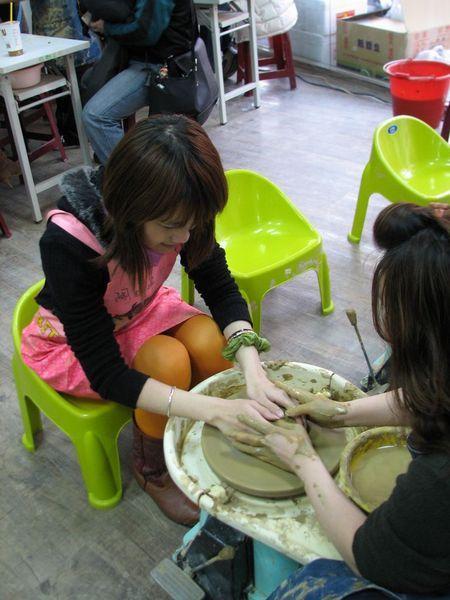 先用手習慣旋轉的陶土