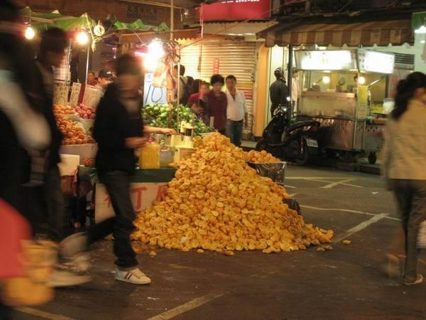 淡水街上的驚人柳丁皮山